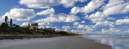 El cielo azul sobre Daytona Beach, la Florida, los E.E.U.U. imagen de archivo