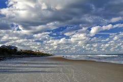 El cielo azul sobre Daytona Beach, la Florida, los E.E.U.U. fotografía de archivo