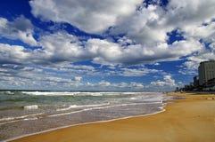 El cielo azul sobre Daytona Beach, la Florida, los E.E.U.U. fotos de archivo