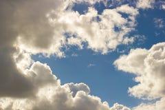 El cielo azul voluminoso se nubla la luz Fotos de archivo libres de regalías