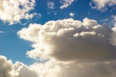 El cielo azul voluminoso se nubla la luz Fotografía de archivo libre de regalías