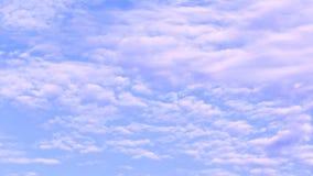 El cielo azul y la nube enfocan hacia fuera almacen de video