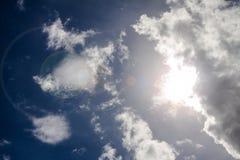 El cielo azul y las nubes con el sol que causa lans señalan por medio de luces de cámara Imagen de archivo libre de regalías