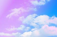 El cielo azul y las nubes resumen la primavera, fondo del papel pintado del verano Fotos de archivo
