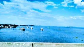 El cielo azul y el río Imágenes de archivo libres de regalías