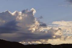 El cielo blanco de las montañas del sol del tiempo del cloudscape de la opinión de la tormenta del verano del viaje de la puesta  Imagenes de archivo