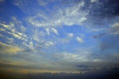 El cielo blanco de las montañas del sol del tiempo del cloudscape de la opinión de la tormenta del verano del viaje de la puesta  Foto de archivo