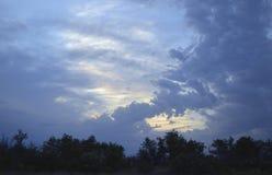 El cielo blanco de las montañas del sol del tiempo del cloudscape de la opinión de la tormenta del verano del viaje de la puesta  Imagen de archivo