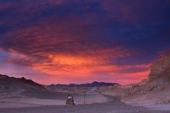 El cielo brilla maravillosamente durante puesta del sol sobre un camino en el valle de la luna, desierto de Atacama, Chile Foto de archivo libre de regalías