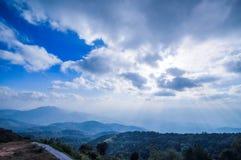 El cielo brillante con luz del sol hermosa con el camino y la montaña ajardinan Fotografía de archivo