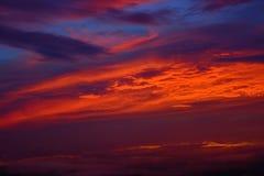El cielo con el fondo hermoso de la salida del sol de las nubes Fotos de archivo