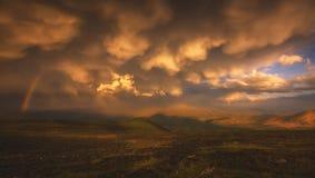 El cielo con nubes beauriful y un arco iris después de la lluvia foto de archivo