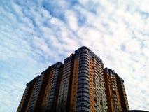 el cielo de la construcción de viviendas se nubla Kiev Imagen de archivo libre de regalías