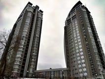 el cielo de la construcción de viviendas se nubla Kiev Foto de archivo
