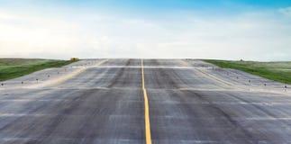 El cielo de la pista del aeropuerto es azul y el campo de aviación fotografía de archivo libre de regalías