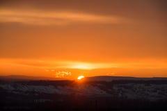 El cielo de la puesta del sol con el sol, con oro se nubla Foto de archivo libre de regalías
