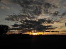 El cielo de la puesta del sol está sobre nosotros Foto de archivo libre de regalías