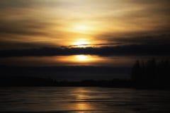 El cielo de la puesta del sol se nubla el hielo hermoso del lago winter de la naturaleza de los árboles de los colores al aire li Fotos de archivo