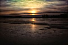 El cielo de la puesta del sol se nubla el hielo hermoso del lago winter de la naturaleza de los colores al aire libre Fotografía de archivo libre de regalías