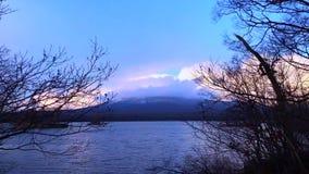 El cielo de la puesta del sol se nubla el movimiento sobre el soporte Komagatake y el lago Onuma - Hakodate almacen de video