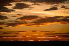 El cielo de la puesta del sol sin el sol, con oro se nubla Fotografía de archivo