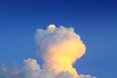 El cielo de la tarde con las nubes formadas aproxima un hongo atómico Fotografía de archivo libre de regalías