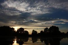 El cielo de la tarde sobre el lago Imágenes de archivo libres de regalías