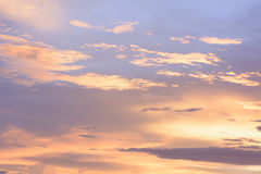 El cielo de oro es muy hermoso y el justo del sol entrado  Foto de archivo libre de regalías