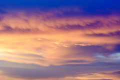 El cielo de oro es muy hermoso y el justo del sol entrado  Foto de archivo