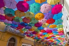 El cielo de paraguas coloridos Calle con los paraguas, Portugal Foto de archivo