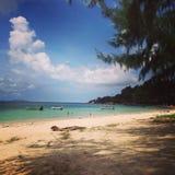 El cielo del árbol del mar de la arena de la playa de Tailandia KoPhangan se nubla Fotografía de archivo libre de regalías