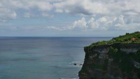El cielo del océano oscila ondas en los bosques tropicales de Indonesia plan total almacen de video