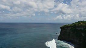 El cielo del océano oscila ondas en los bosques tropicales de Indonesia plan total metrajes