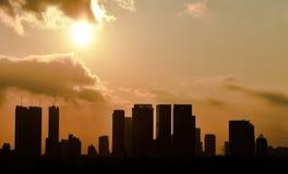 El cielo del sunset&sunlight&orange del edificio de la silueta foto de archivo