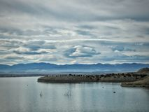 El cielo dramático acentúa el pueblo del lago fotos de archivo