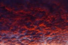 El cielo dramático en la puesta del sol, después del sol desapareció detrás del horizonte Imagen de archivo