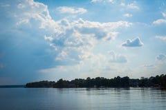 El cielo dramático sobre normando del lago en la ficha parquea, en Cornelio, Nort foto de archivo libre de regalías