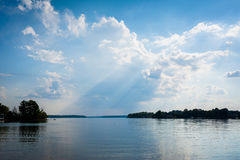 El cielo dramático sobre normando del lago en la ficha parquea, en Cornelio, Nort foto de archivo
