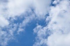 El cielo en el día sobre todo nublado foto de archivo