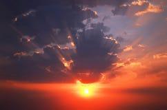 El cielo en el fondo que señala por medio de luces de la puesta del sol Fotografía de archivo libre de regalías