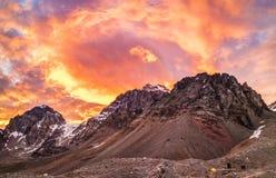 El cielo en el fuego en la montaña imagenes de archivo
