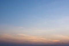 El cielo en sombras anaranjadas y azules Fotos de archivo
