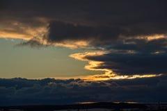El cielo es azul marino hermoso con las nubes dramáticas Fotografía de archivo