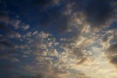 El cielo es azul marino hermoso con las nubes dramáticas Fotografía de archivo libre de regalías