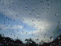 El cielo es el rey del awsomeness Gotas de agua en la ventana fotos de archivo libres de regalías