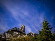 El cielo estrellado sobre la capilla en Velebit Fotos de archivo libres de regalías
