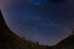 El cielo estrellado sobre las montañas, opinión del fisheye de 180 grados Imagen de archivo