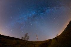 El cielo estrellado sobre las montañas, opinión del fisheye de 180 grados Foto de archivo