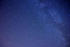 El cielo estrellado y la niebla sobre la tierra Foto de archivo libre de regalías