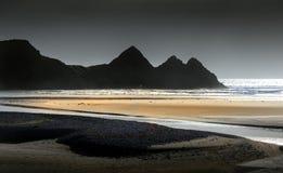 El cielo gris en tres acantilados aúlla fotografía de archivo
